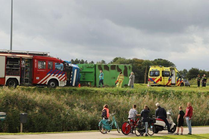 De omgevallen vrachtwagen trok donderdagmiddag in IJsselmuiden flink wat bekijks.