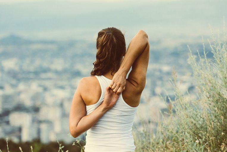 We willen graag fitter zijn, maar velen onder ons hebben geen tijd om wekelijks de fitness in te duiken. Is dat erg? Neen, want intensief sporten is niet nodig, heeft een wetenschappelijke studie in het British Journal of Sports Medicine nu aangetoond. Hieruit blijkt dat 10 minuten bewegen per week de kans op overlijden al met 18 procent verminderd. De '7 minute workout' van personal trainer Laura Van den Broeck is dus perfect om aan je wekelijkse dosis te komen. Je kan de oefeningen overal en altijd doen. Dit is de training voor je rug.