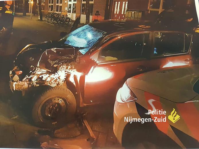 De auto raakte bij de achtervolging flink beschadigd.