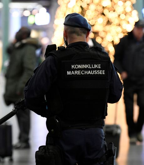 Messen, arrestaties en paniek: dit was de verspreider van het Schiphol-nepnieuws