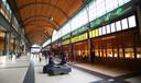 Station Wroclaw is van binnen én buiten fraai, met houten loketten en kleurige muren.