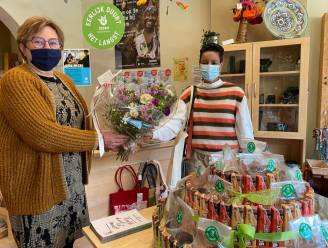 Minister Meryame Kitir zet Genkse Oxfam Wereldwinkel in de bloemetjes