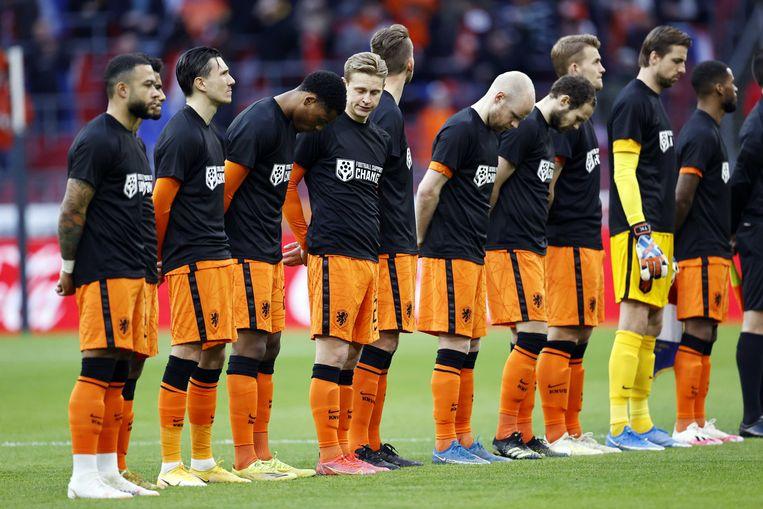'Football supports change' staat op de shirts van de spelers van het Nederlands elftal, dat daarmee onder meer een statement wilde maken over Qatar. Beeld ANP / Maurice van Steen