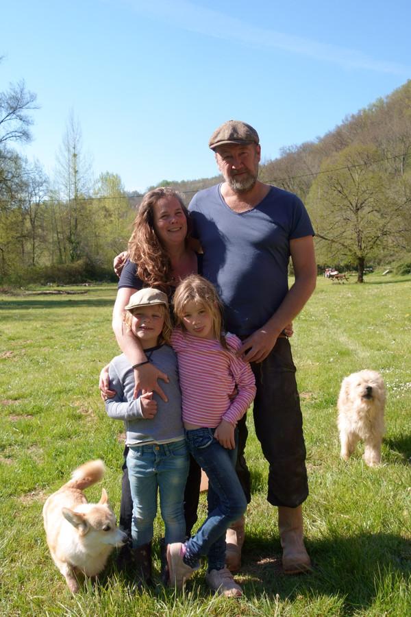 Bart Paulissen en zijn vriendin Boor (op de foto met hun kinderen en honden) zijn dolblij dat ze straks weer gasten kunnen ontvangen op hun Domaine Malpas.