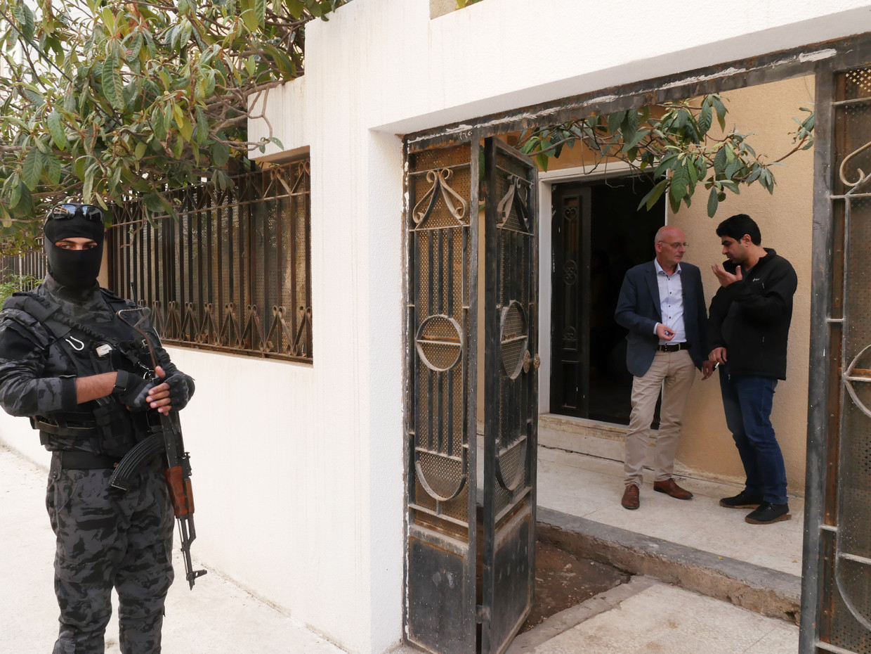 Philippe Vansteenkiste in Syrië in gesprek met Ibrahim Egid, onder toeziend oog van een van de special forces. Beeld Bruno Struys