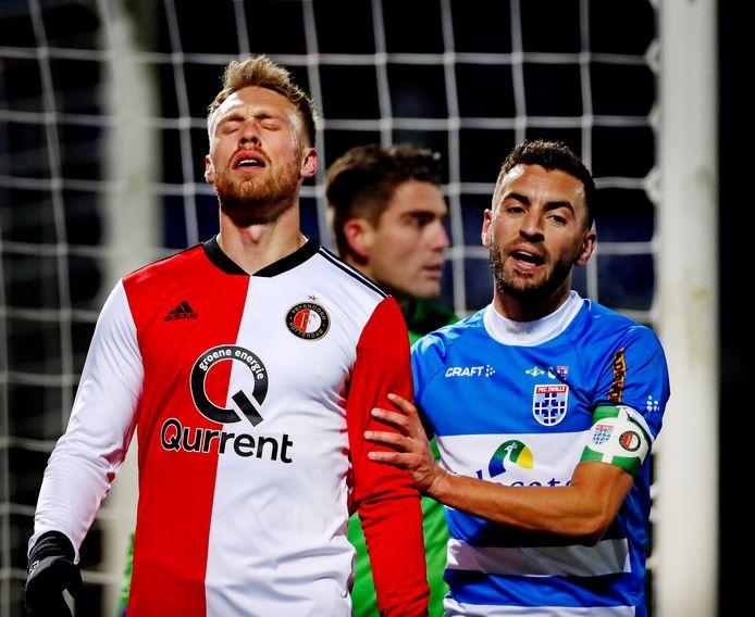 Teleurstelling bij Nicolai Jørgensen, Bram van Polen troost hem. Weer verliest Feyenoord het eerste duel van het nieuwe jaar.