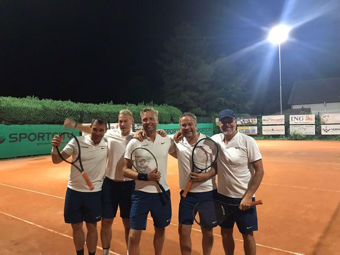 Louis Van Wellen, Bart De Roover, Robbert Hendrikx, Raf Pauwels en Peter Wens van TC De Vrijheid wisten het tornooi te winnen.