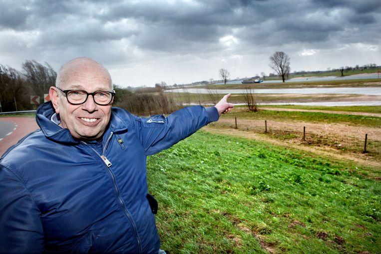 Fred van Lemmen op de plek waar volgens hem heel goed een thoriumcentrale zou kunnen staan, bij de Lek. Beeld Maarten Hartman