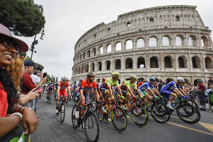 Het peloton passeert het Colosseum.