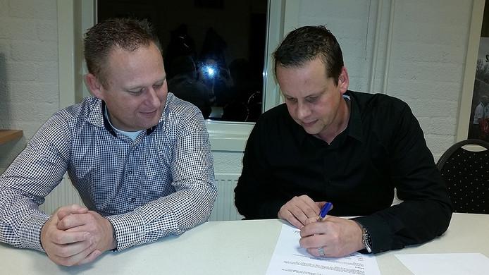 Trainer Jeroen Vermaas (l) en voorzitter Pim Kuijten van RKGSV ondertekenen de tweejarige verbintenis.
