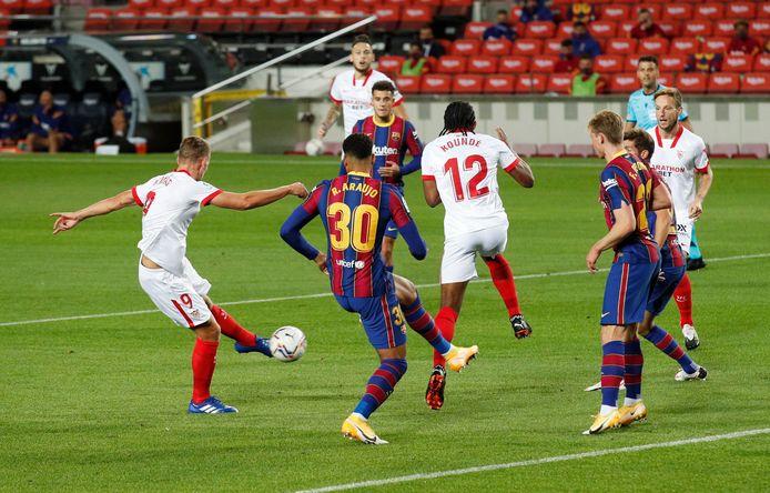 Luuk de Jong schiet na acht minuten de 0-1 binnen namens Sevilla.