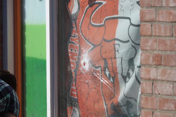 Het gat in de ruit van een woning aan de Bikolaan in Delft