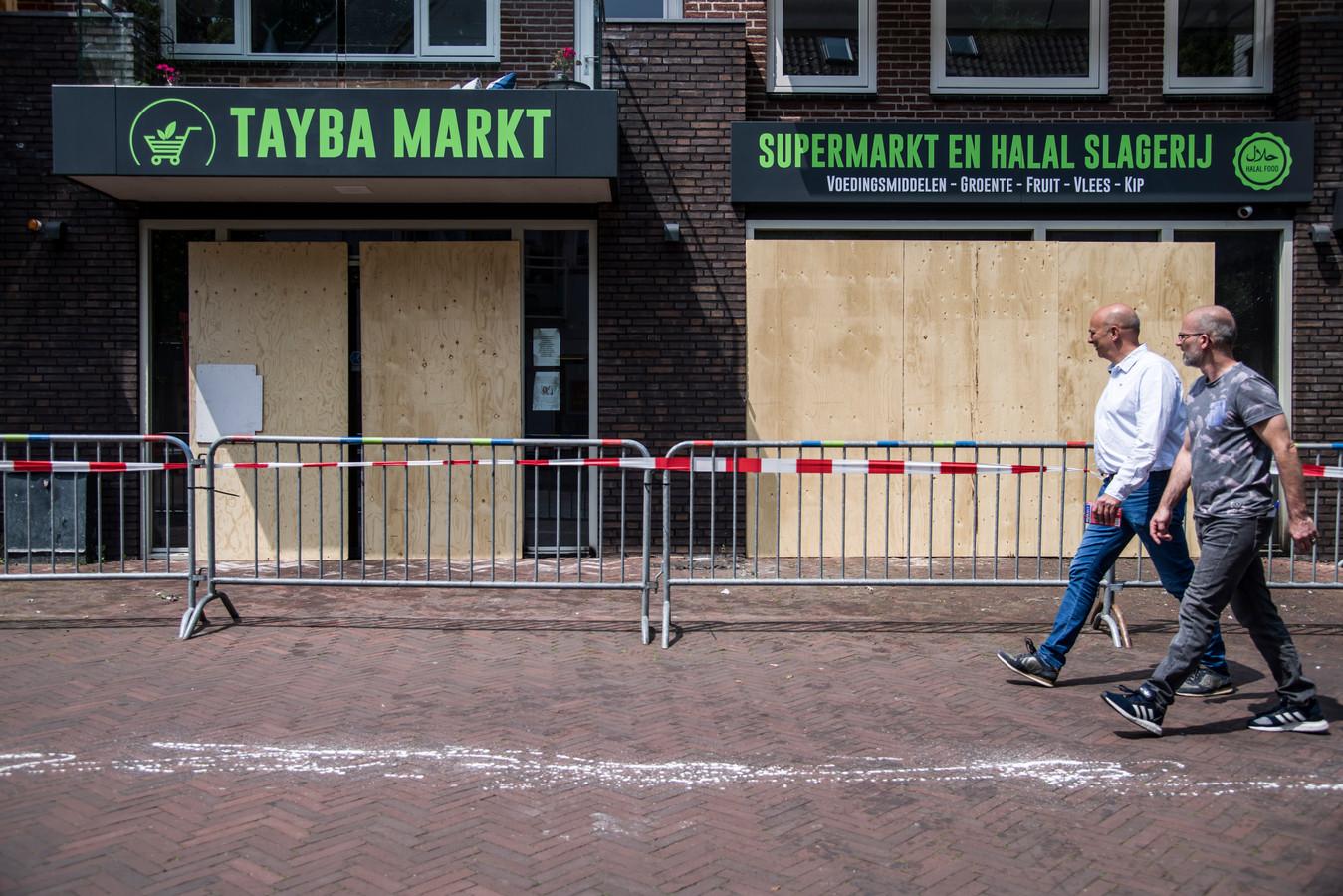De deur en ramen van de Tayba Markt zijn dichtgespijkers na de aanslag met een brandbom.