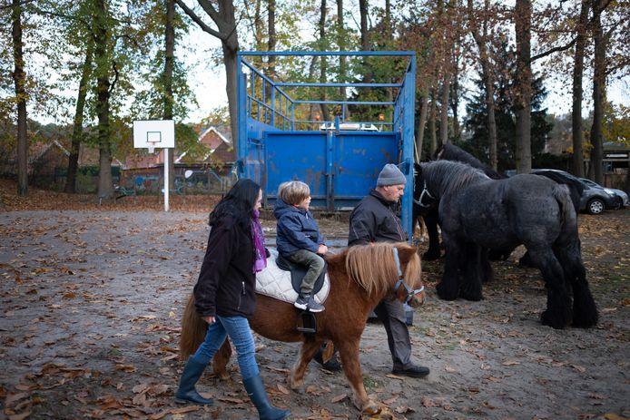 Het basketpleintje van domein Sluyts was tijdens de traditionele jaarmarkt nog de locatie van de dierenmarkt, de komende weken kunnen buren er hun wagen kwijt.