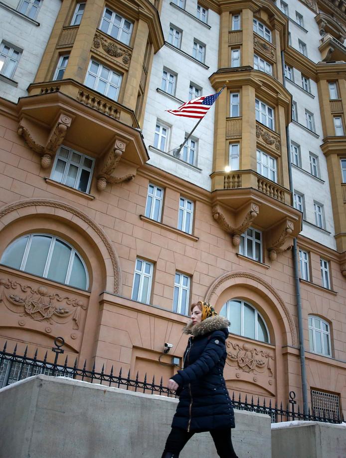 Een vrouw wandelt langs de Amerikaanse ambassade in Moskou.