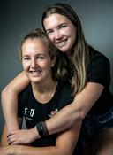 De BMX-zussen Merel (rechts) en Laura Smulders.