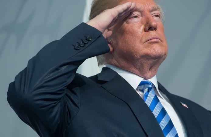 Trump salueert, hier op archiefbeeld van begin juni. De geste levert hem een storm van kritiek op.