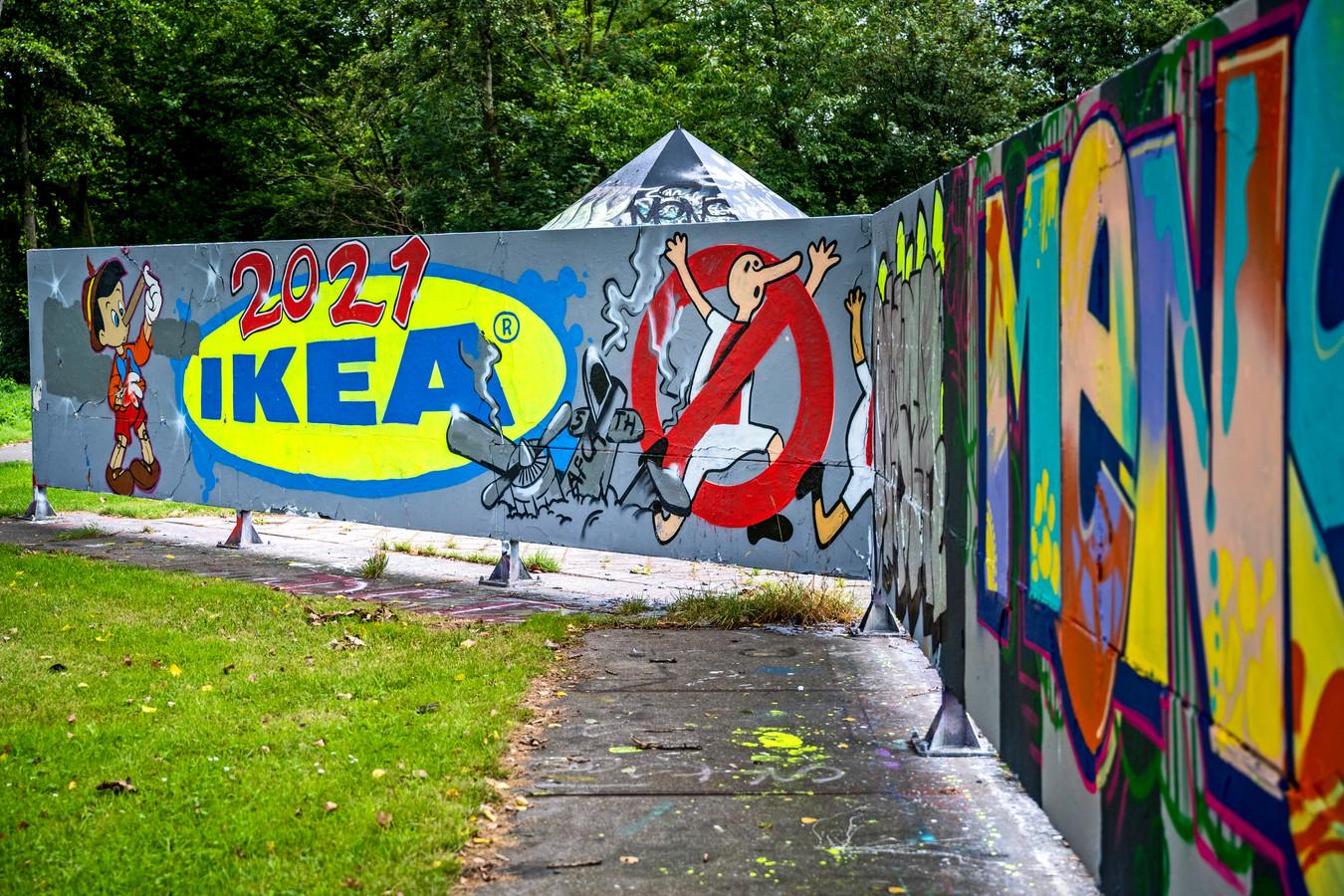 Ook in Capelle aan den IJssel is door Feyenoordfans gemaakte graffiti te zien. De tekening verwijst naar een afgesproken confrontatie tussen Feyenoorders en Ajacieden bij de Ikea in Delft, afgelopen april. De speler heeft volgens de gemeente een Pinokkio-neus