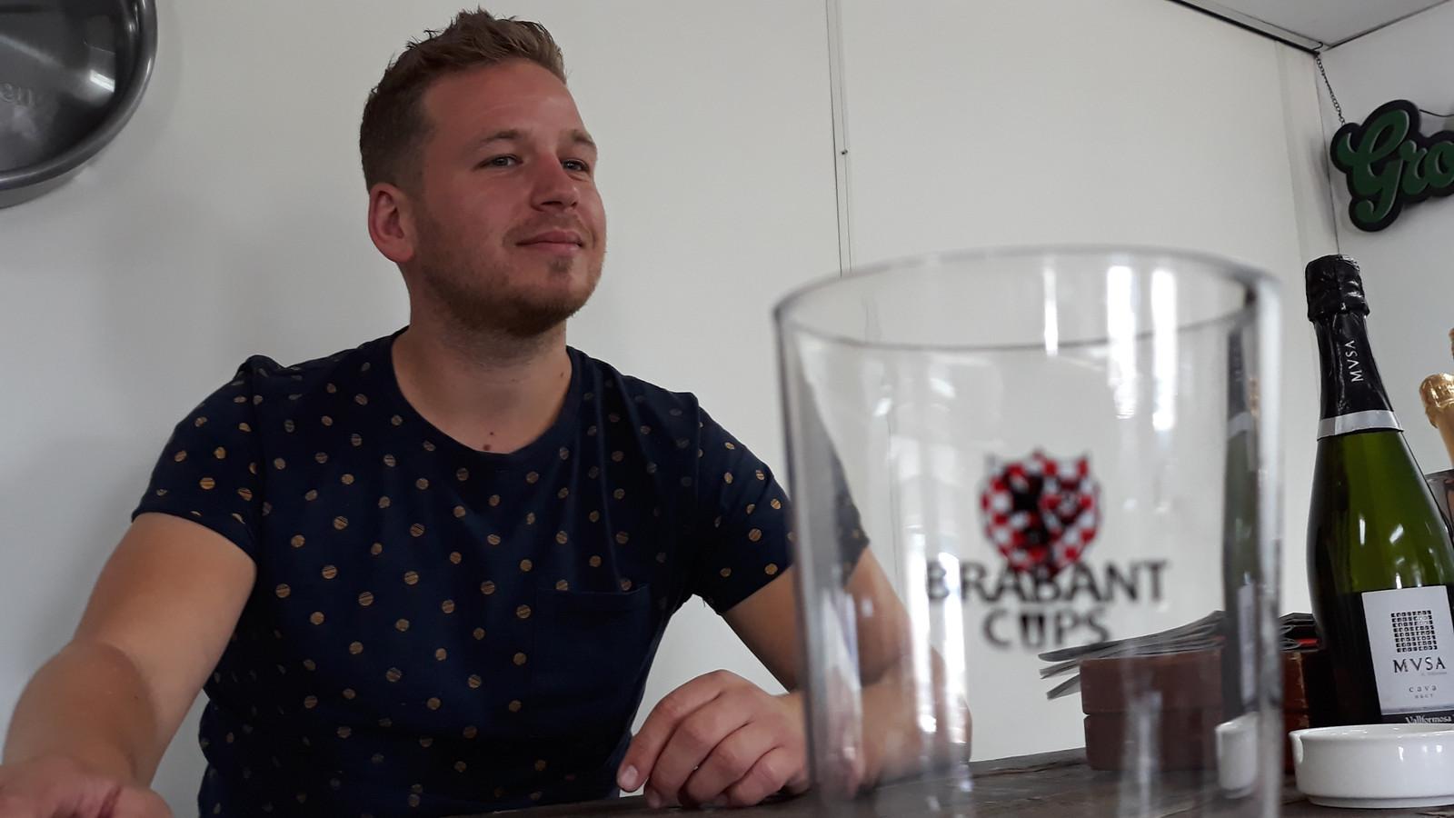 Rob van Beekveld met op de voorgrond een drinkbeker van 'Brabant Cups', een product waarmee hij met Marcel Kapteijns Brabant schoner wil maken.