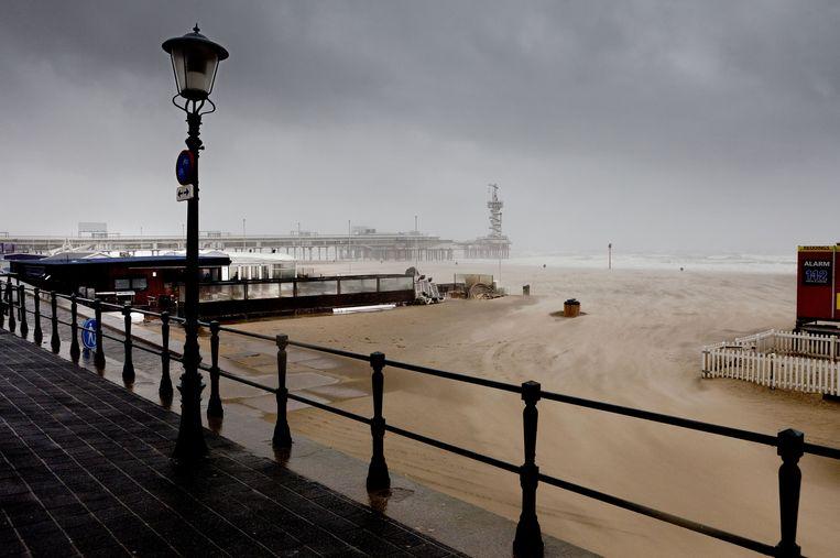 De Pier in Scheveningen bij slecht weer Beeld anp