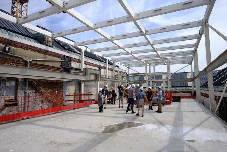 De staalconstructie ter hoogte van het dak is al grotendeels klaar.
