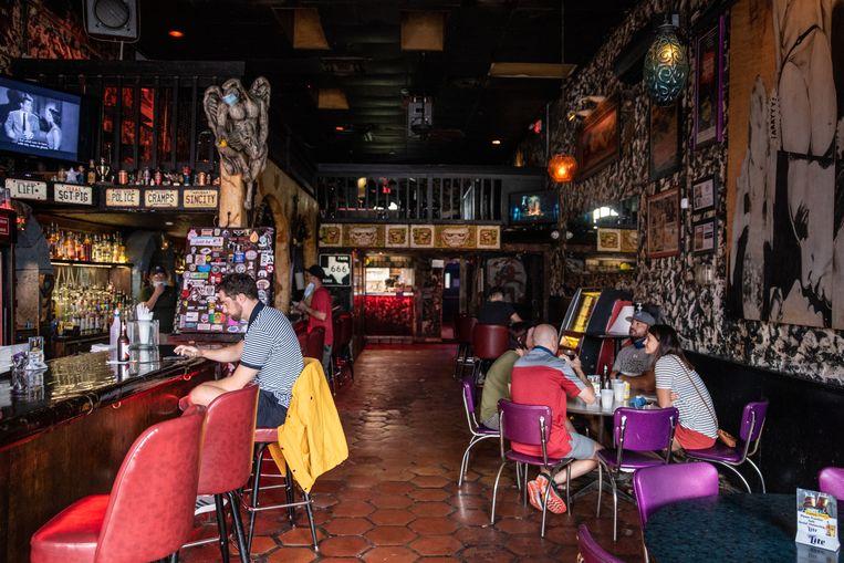Een bar in de Texaanse stad Austin. Alle horeca in de staat moest weer op slot, vanwege een toenemend aantal corona-besmettingen. Beeld Hollandse Hoogte / AFP