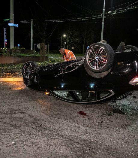Automobilist neemt rotonde rechtdoor en lanceert zichzelf, auto belandt op de kop