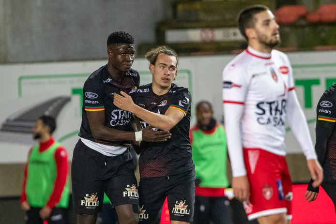 Makthar Gueye (l.) en Arthur Theate vallen elkaar in de armen na de late 0-1-overwinning van KV Oostende tegen Moeskroen.