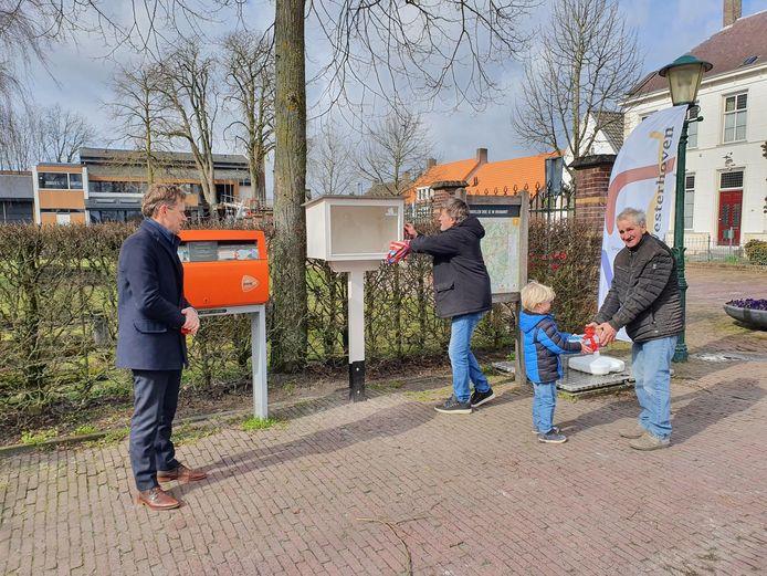Opening eerste boekenhuisje Westerhoven vlnr wethouder Kuijken, Ad Bone, Vince Lankvelt (4) en maker Piet Adriaans.