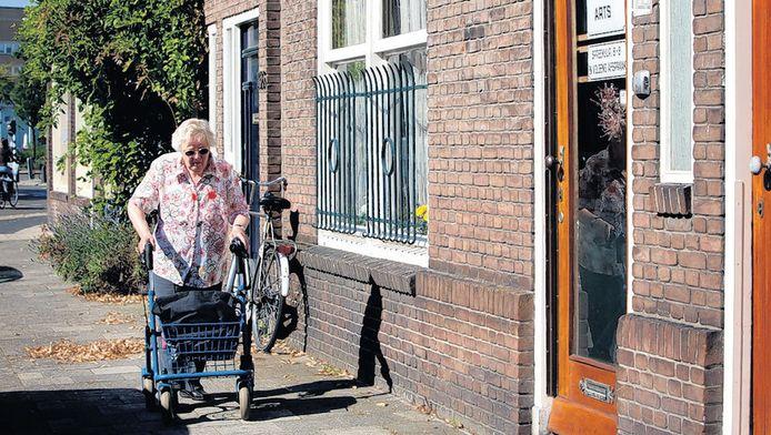 De praktijk van huisarts Cor H. in de Utrechtse Jan van Scorelstraat. De veroordeelde arts beloofde met zijn werk te stoppen, maar krijgt nog altijd patiënten over de vloer.