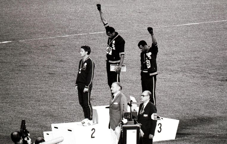 16 oktober 1968, Mexico City.Tijdens de medailleceremonie van de 200 meter brengen  de zwarte Amerikaanse atleten Tommie Smith (goud) en John Carlos (brons) hun Black  Power-groet.  Beeld BELGAIMAGE