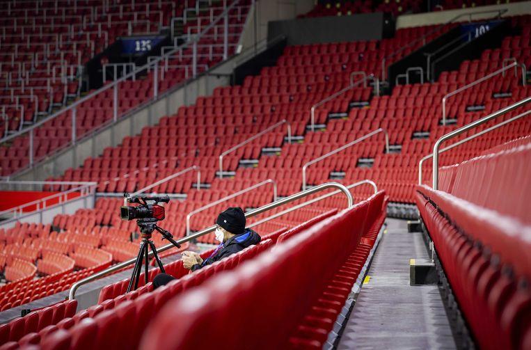 Een cameraman met een mondkapje in de Johan Cruijff Arena. Beeld ANP