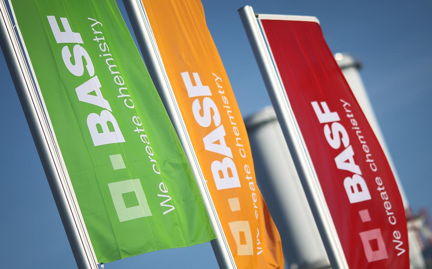 Vlaggen met het logo van BASF aan het hoofdkantoor in Ludwigshafen in Duitsland.