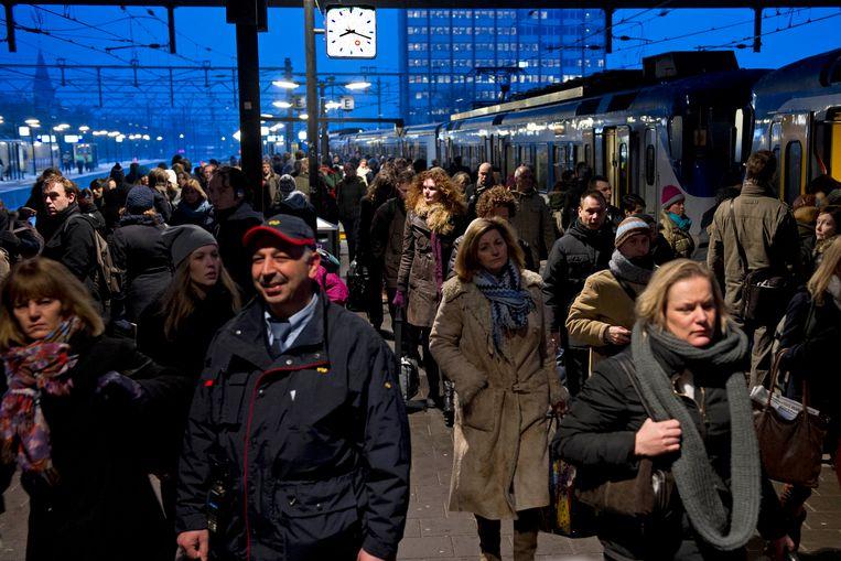 Drukte op het perron op Amsterdam CS. Tussen Amsterdam Bijlmer ArenA en Amsterdam RAI reden er door een wisselstoring geen treinen.  Beeld ANP
