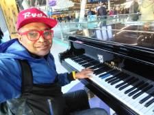 Hilversumse stationspianist Ernesto brengt eigen nummer uit