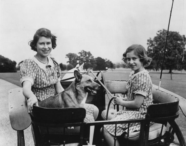 Prinses Elizabeth (nu koningin Elizabeth II, links) en haar jongere zus Margaret Rose (1930-2002) in Windsor Great Park, 4 juli 1940.  Beeld Getty Images