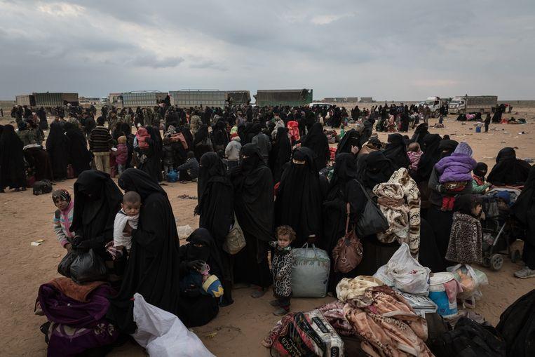IS-vrouwen en kinderen verlaten Baghouz. Beeld BELGAIMAGE