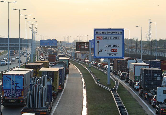 Automobilisten die Voorne-Putten op of af willen komen, staan dagelijks in de file tijdens de ochtend- en avondspits.
