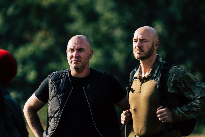 Oud-commando Ray Klaassens uit Helmond (r) met presentator Jeroen van Koningsbrugge tijdens opnames van Kamp Van Koningsbrugge.