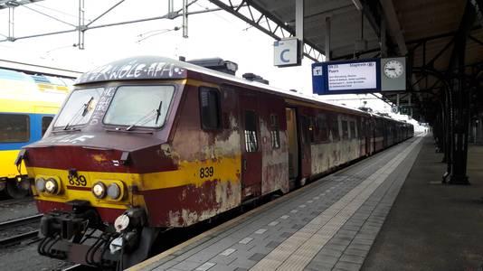De trein die Roosendaal met Antwerpen verbindt staat te wachten op reizigers.