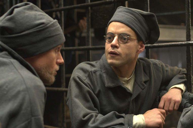 Charlie Hunnam en Rami Malek (r.) in de gevangenis. Beeld RV