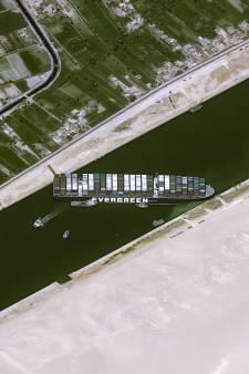'Blokkeerschip' Suezkanaal arriveert in Rotterdam, met hulp van extra loods en sleepboot