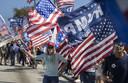 Op 15 februari stonden tientallen Trump-aanhangers klaar in West Palm Beach om het autokonvooi van 'The Donald' te begroeten. Hun geduld werd beloond.