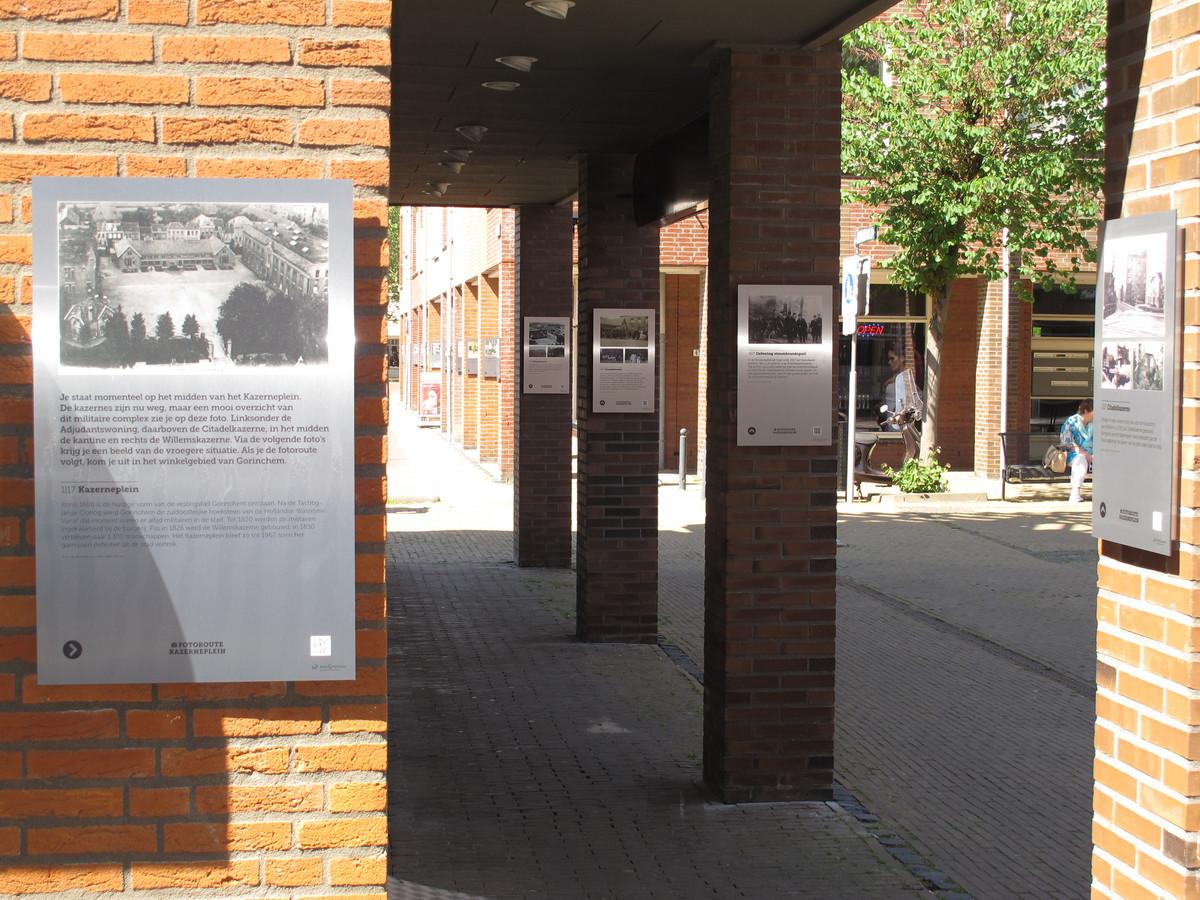 De fotopanelen op de zuilen van het Kazerneplein.