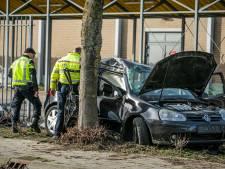 Auto raakt van de weg en knalt tegen hek en boom in Duiven: drie mannen gewond