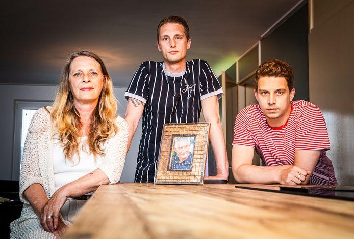 """Iet, Kjeld en Sven Koster vormden samen met Fred een hecht gezin. ,,Het hele gezin in dezelfde kroeg met al onze vrienden, daar kon hij zo van genieten."""""""