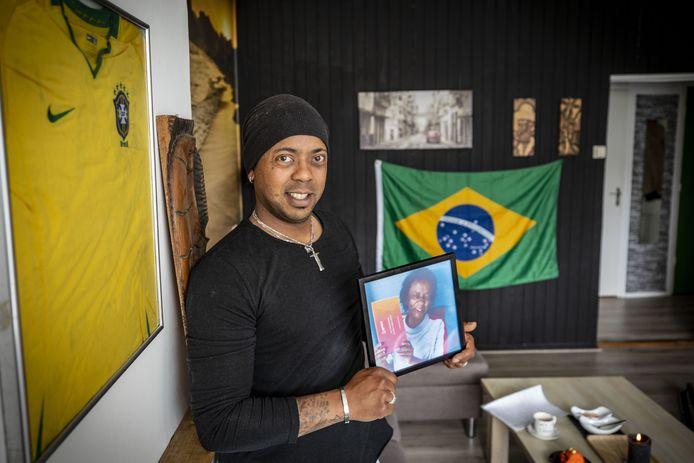 Andres Ensink toont vol trots een foto van zijn moeder Maria Aparacida de Oliviera. De Braziliaanse heeft een DNA-kit in haar handen, die het bewijs levert dat Andres Ensink haar zoon is.