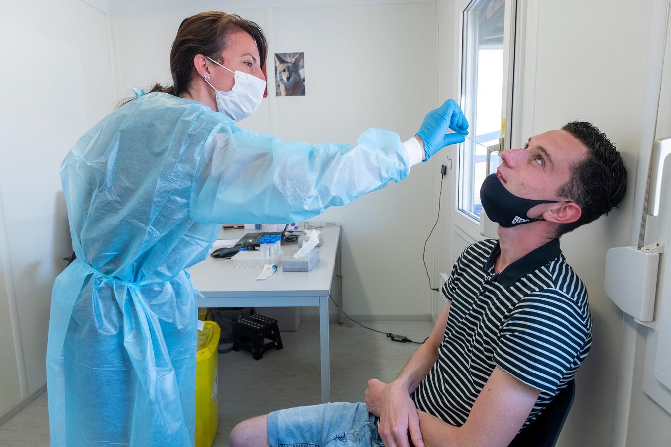 Voor de 99ste keer krijgt Jens Crooijmans een wattenstaaf in zijn neus. Volgende week is hij toe aan coronatest nummer 100.