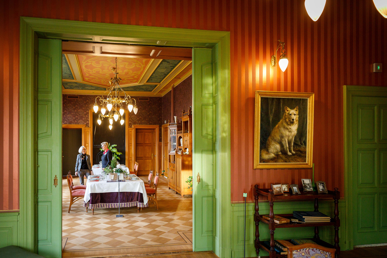 De vereniging Hendrick de Keyser wil het schilderij van hond Nansen dolgraag behouden voor museumhuis Villa Rams Woerthe.