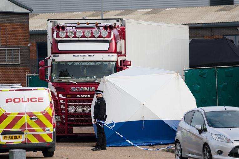 De lichamen worden uit de truck gehaald.